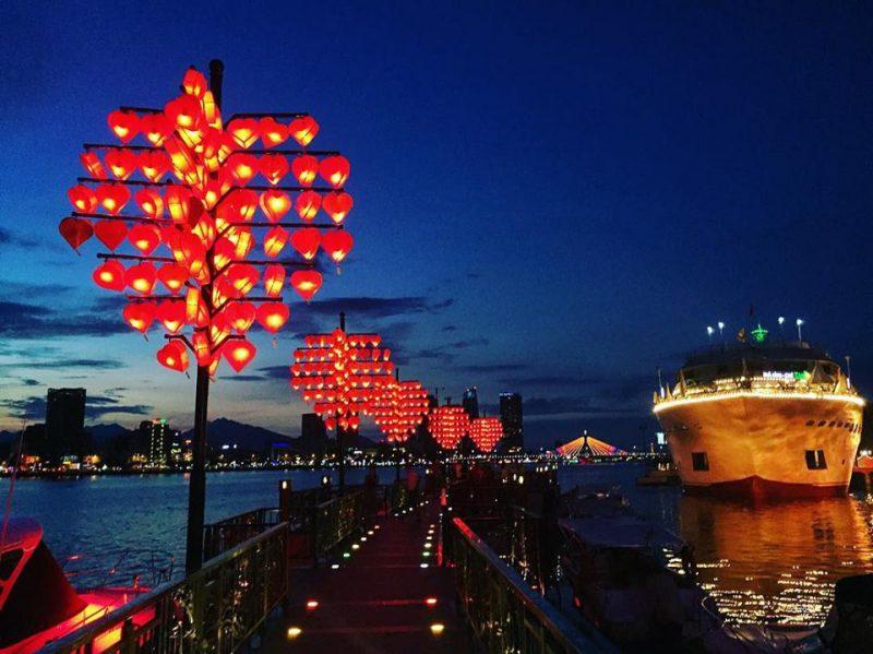 Du thuyền xem pháo hoa