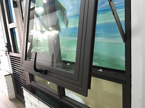Cửa nhôm kính tông đen phù hợp nhiều nội thất